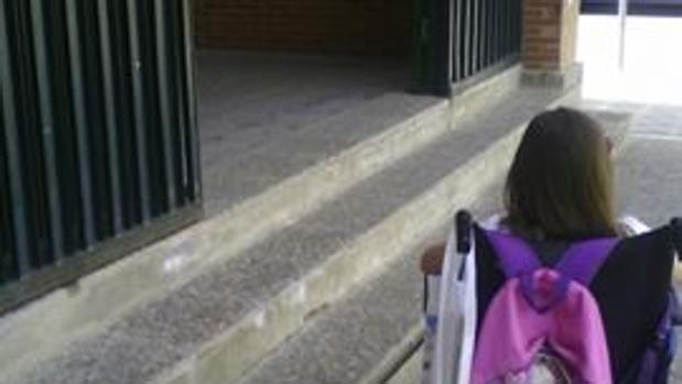 Una alumna en la entrada del colegio situado en Pino Montano