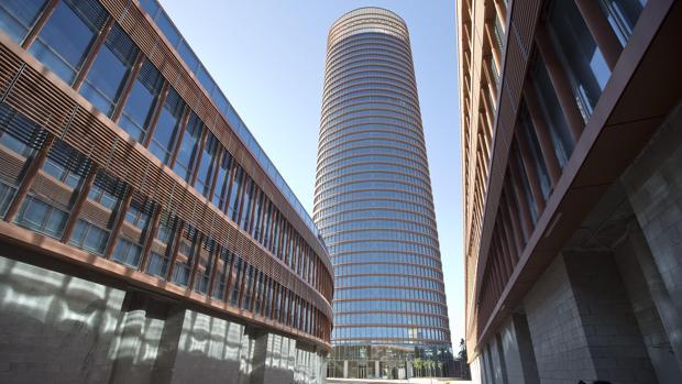 Edificios podios del rascacielos Torre Sevilla donde irá un centro comercial