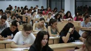 Alumnos, durante el examen de Selectividad