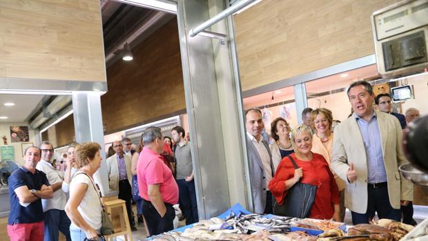 El alcalde, Juan Espadas, en la inauguración del mercado este viernes