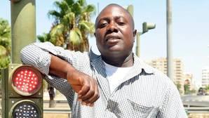 Amby Okonkwo en el semáforo de Tablada
