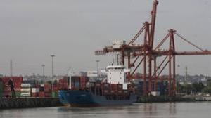Carga de contenedores en el Puerto de Sevilla