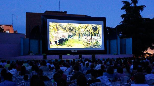 El Ayuntamiento de Sevilla impulsa cines de verano gratis para los vecinos de Cerro-Amate y el Polígono Sur
