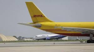 Dos aviones en el aeropuerto de Sevilla