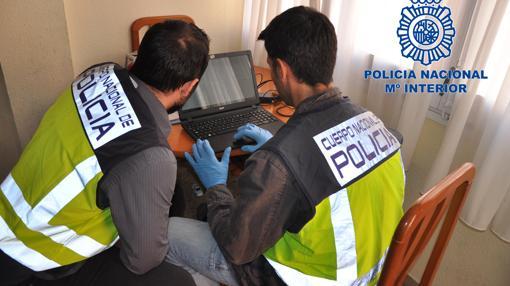 Investigadores de la Policía Nacional durante la operación contra la pornografía infantil