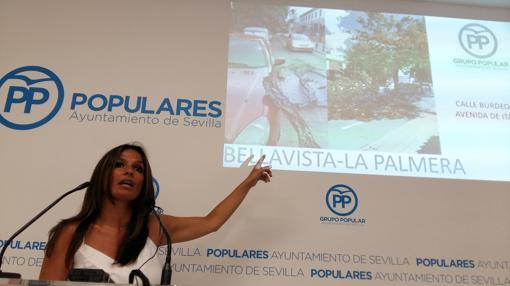 La popular Evelia Rincón, denunciando el mal estado del arbolado en Sevilla