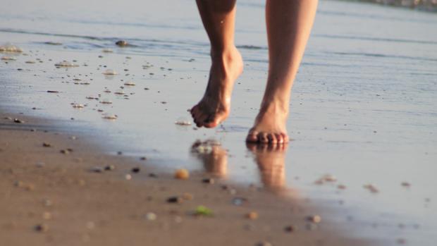 En caso de andar descalzo, es mejor hacerlo por la orilla
