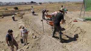 Miembros del equipo de la UPO excavando en la Casa de la Cañada Honda
