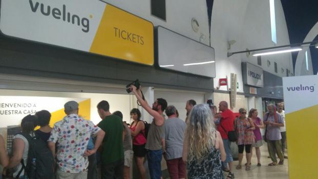 Protestas ante el mostrador de Vueling en el Aeropuerto de San Pablo