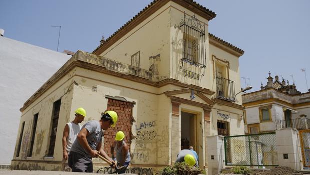 Operarios trabajan en la rehabilitación de Villa Julita, ubicada en el barrio de Nervión