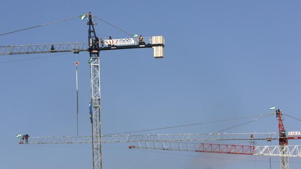 Dos grúas instaladas para la construcción de un edificio