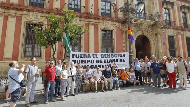 Miembros de la coordinadora que reclama la exhumación del general franquista