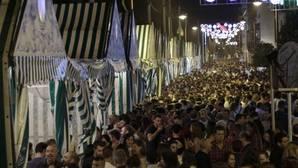 La calle Betis, repleta de público durante la inauguración de la Velá de Santa Ana