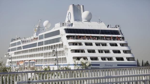 El crucero «Sirena» atracado en el Muelle de las Delicias
