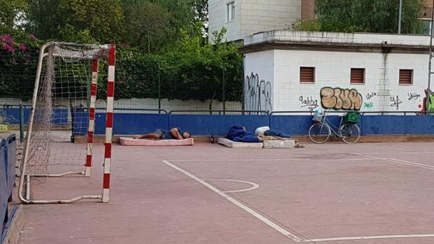Personas «sin techo» duermen en colchones en el interior del recinto deportivo