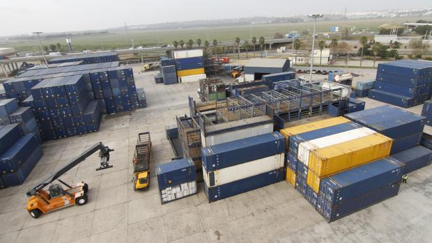 Movimiento de contenedores en el Puerto de Sevilla durante una jornada de trabajo
