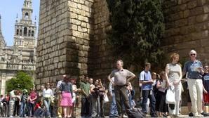 Cola de turistas ante la entrada del Alcázar