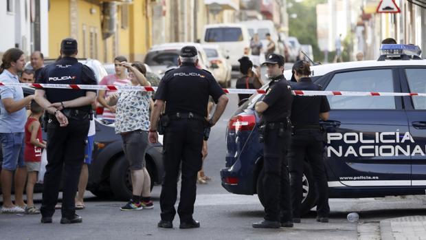 El hombre asesinó a su mujer e hirió a un familiar, huyó y se entregó horas después