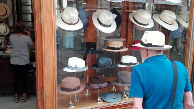 Sevilla Cada vez es más habitual ver sombreros por las calles de Sevilla a9c54216a1a