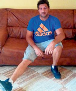 David muestra la pierna derecha lesionada