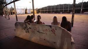Un grupo de jóvenes en una plaza de Pino Montano