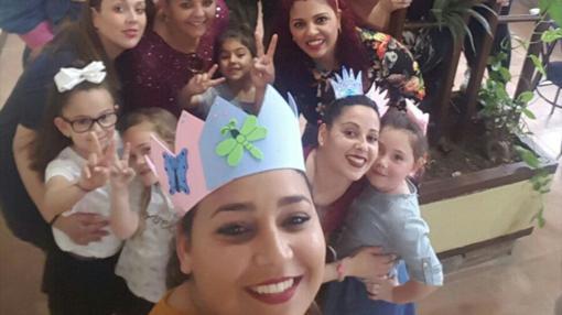La joven durante su «baby shower» a la que no faltaron sus amigas