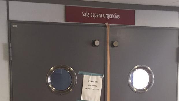 Un cartel indica que la sala de espera de Urgencias se halla cerrada por obras y mantenimiento