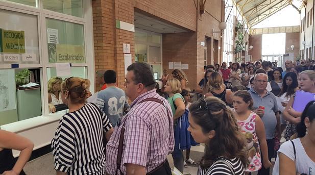 Colas de los padres que esperan a que la Junta les adjudique un centro a sus hijos