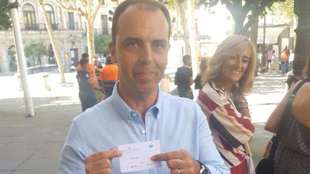 Javier Millán, mostrando el ticket del Alcázar emitido a mano