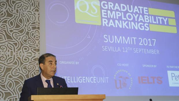 El rector de la Universidad de Sevilla, Miguel Ángel Castro, este martes en la Facultad de Psicología