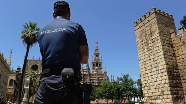Un policía controla la seguridad en el entorno de Los Reales Alcázares