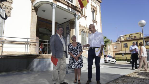 Antonio Muñoz, con la delegada del distrito, Inmaculada Acevedo, y el gerente de Urbanismo, Ignacio Pozuelo