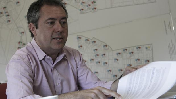 Juan Espadas, repasando documentos