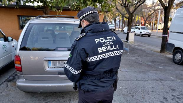 Un agente de la Policía Local de Sevilla pone una multa