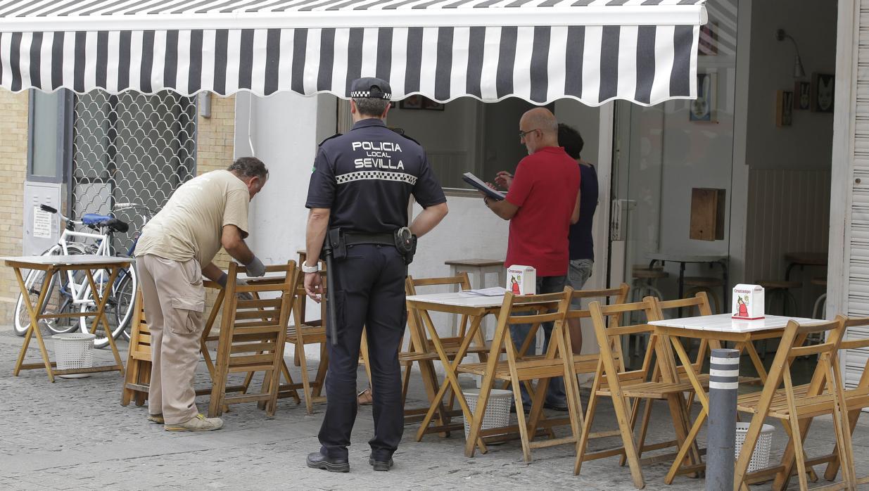 El ayuntamiento de sevilla retira 14 veladores del entorno for Servicio tecnico jane sevilla calle feria