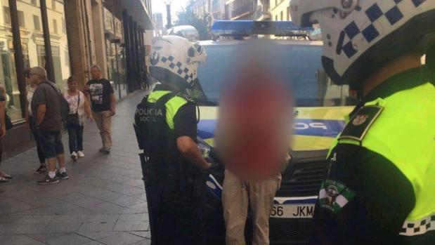 Efectivos de la Policía Local detienen al individuo en la calle Rioja