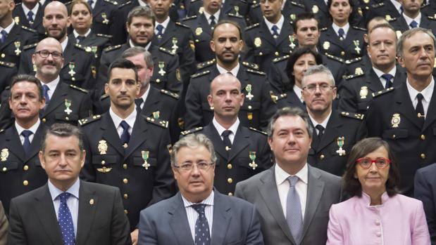 La polic a nacional se reivindica en sevilla durante la for Nombre del ministro de interior y policia