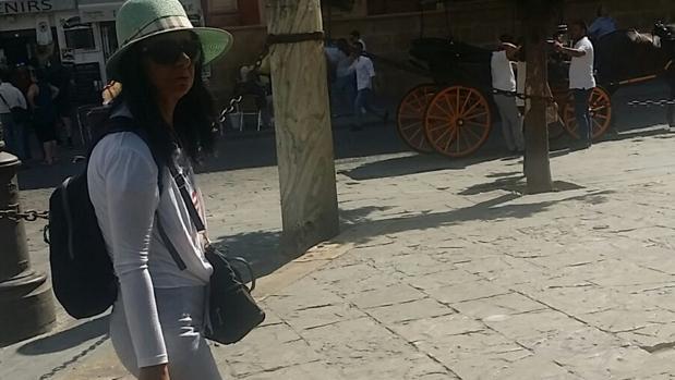 Imagen de una carterista captada por el móvil de una guía turística