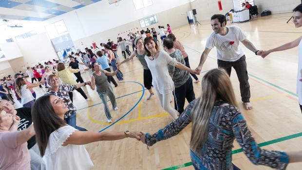 Un grupo de alumnos practican la disciplina en la escuela de Sevilla con sede en Sanlúcar la Mayor
