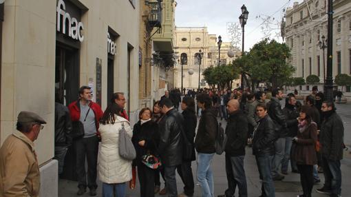 Colas en la Fnac de Sevilla para comprar en 2011 entradas para el concierto de Bruce Springsteen