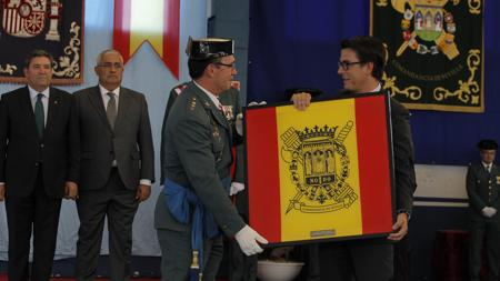 El director del colegio Tabladilla recibe la mención de la Guardia Civil