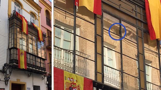 Los ventanales adornados con banderas de España que recibieron un botellazo la pasada madrugada