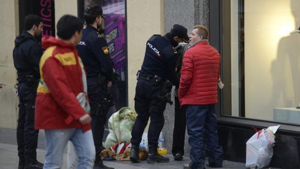 Unos agentes de Policía cachean a un sospechoso en la calle