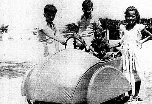 Coche infantil eléctrico de juguete con 0,5 CV que Francisco Domínguez-Adame inventó para sus hijos