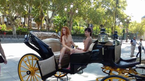 Las dos jóvenes sentadas en un coche de caballos
