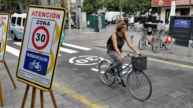 Las bicicletas tendrán preferencia sobre los vehículos a motor dentro de la Zona 30 de Sevilla
