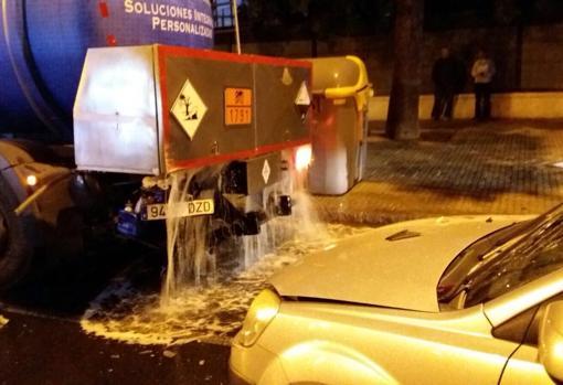 Se han derramado 8.000 litros de cloro de los 12.000 que llevaba el camión
