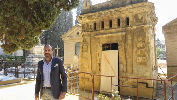El arquitecto sevillano Honorio Aguilar ha denunciado el estado de numerosos panteones del cementerio, entre ellos el del conde de Pradere, diseñado por José Espiau y Muñoz