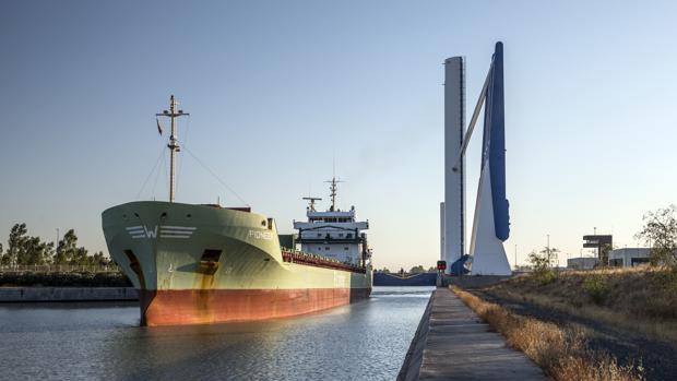 Un carguero en el Puerto de Sevilla
