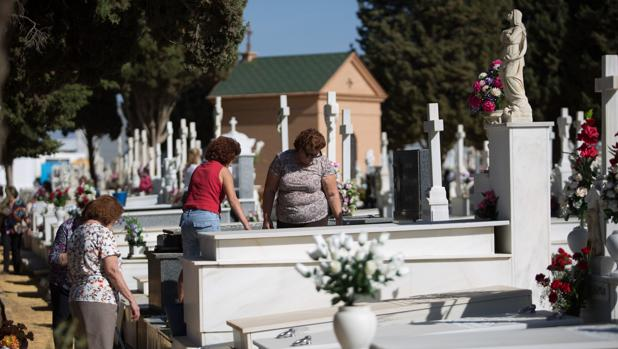 Un juez prohíbe a una familia sevillana visitar la tumba de un familiar